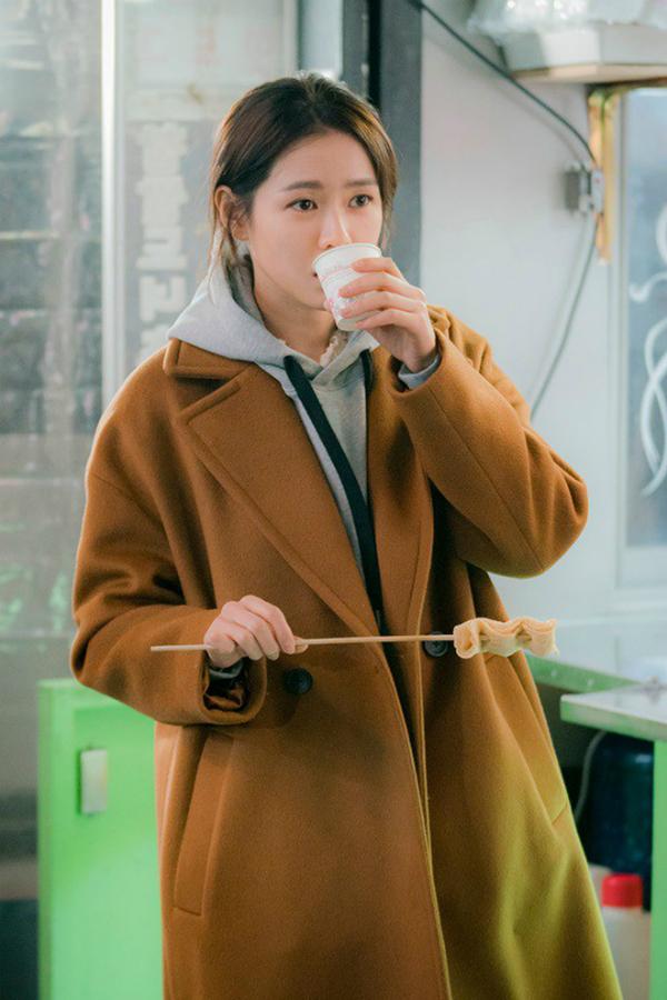 Đủ kiểu diện áo choàng hợp mốt của 'chị đẹp' Son Ye Jin