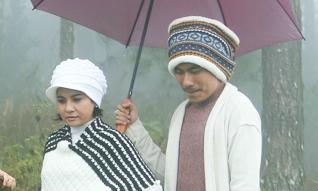 Kiều Minh Tuấn che ô, đưa Cát Phượng đi khám phá Tam Đảo