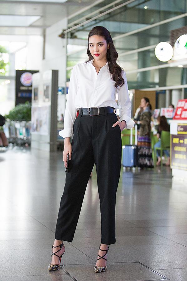 Lan Khuê đại diện cho công ty mà cô làm giám đốc điều hành ra sân bay Tân Sơn Nhất đón Hoa hậu Hoàn vũ Thế giới 2015, chiều 13/4.