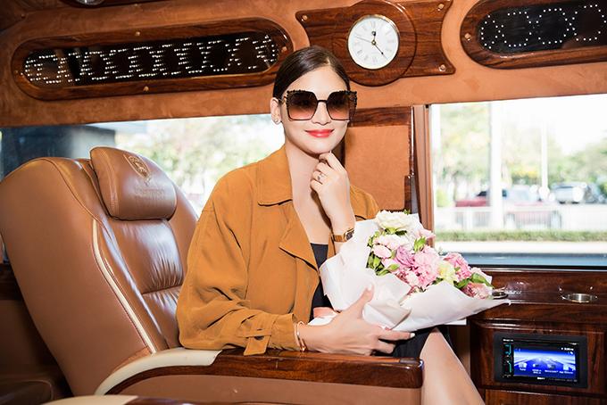 Hoa hậu được đưa về khách sạn nghỉ ngơi bằng xe sang.