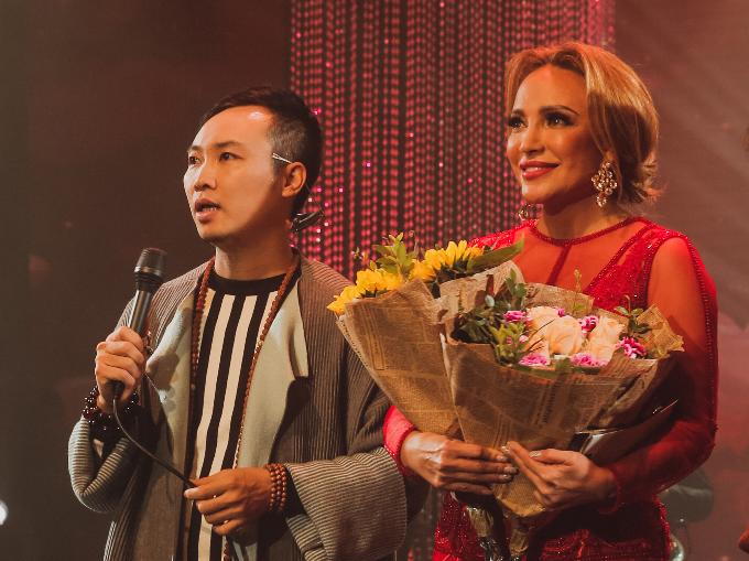 Đạo diễn Vạn Nguyễn (phải) trong đêm diễn Music n More vol 3: Thanh Hà  Hà Anh Tuấn.