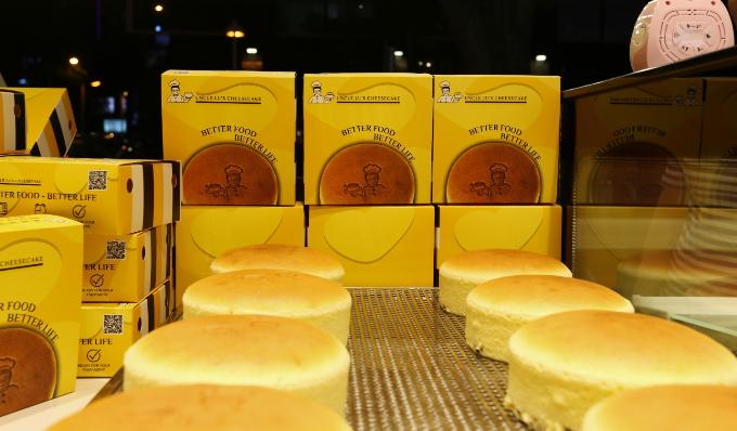 Chiếc bánh cheesecake nổi tiếng với độ xốp mịn và vị thơm ngon đậm đà không thể cưỡng lại.