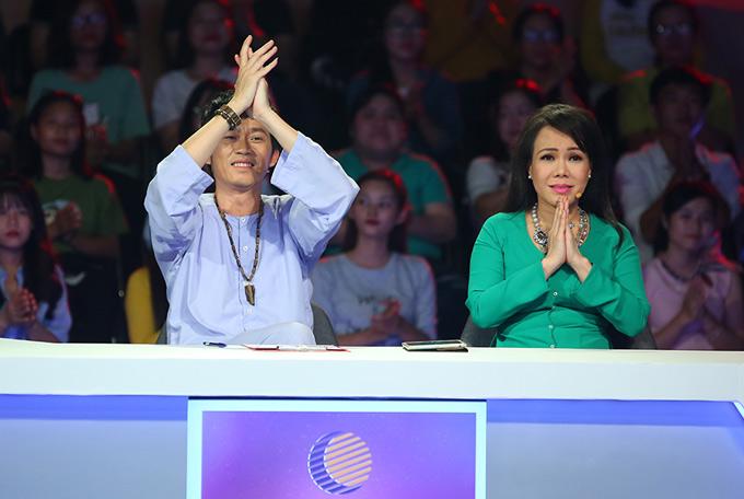Nghệ sĩ Hoài Linh và Việt Hương ngồi ghế chủ nhà, thách thức khả năng tìm người bí ẩn với các khách mời.