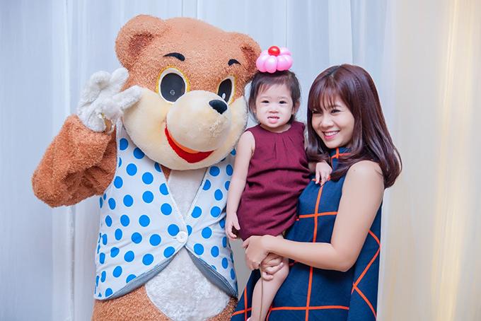 Mai Phương và con gái.