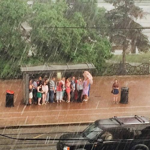 Cô gái lãng mạn, thích tắm mưa.