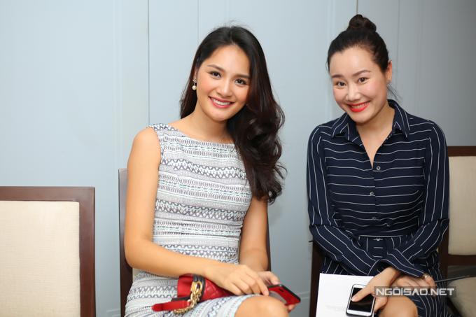 MC Nguyệt Ánh rất vui khi hội ngộ Hoa hậu đẹp nhất châu Á 2009. Hai người đẹp đều đã làm mẹ nên thích chia sẻ chuyện gia đình, con cái với nhau.