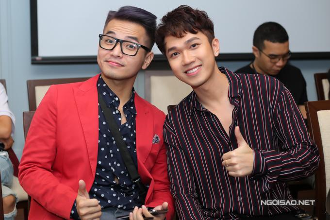 Ca sĩ Phạm Hồng Phước chụp ảnh cùng MC Minh Xù.
