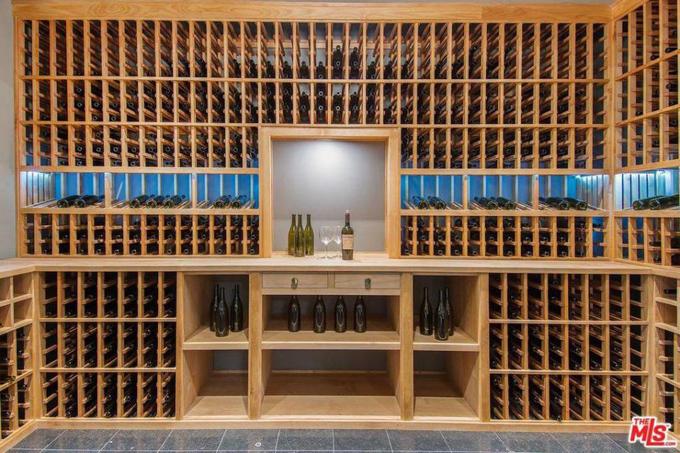 Hầm rượu lớn.