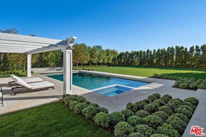 Nhà mới của Ben rộng hơn 1.200m2, có sân vườn xanh tươi bao quanh và bể bơi rộng phía sau nhà.