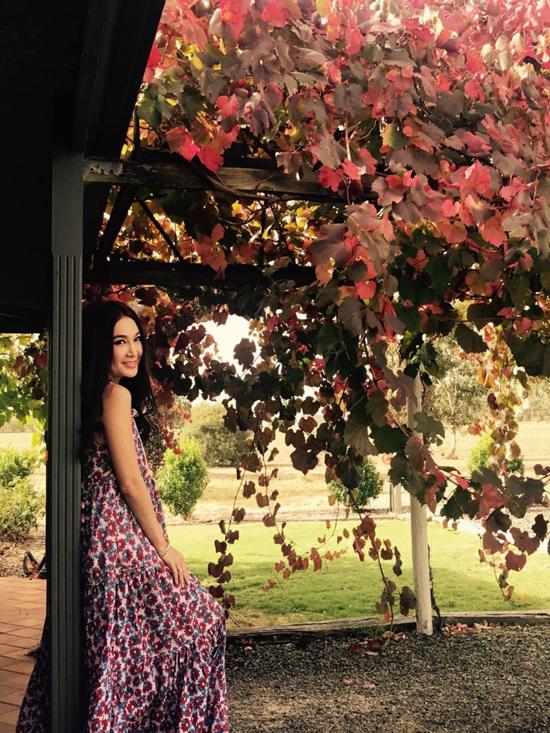 Ôn Bích Hà mới đây đã đầu tư kinh doanh rượu vang, cô có trang trại trồng nho ở miền nam Australia. Hồi đầu tháng 4, nữ diễn viên Bông hồng lửa bay sang Adelaideđể giám sát việc sản xuất rượu, cô dự kiến ra mắt nhãn hiệu của riêng mình vào tháng 6 tới.
