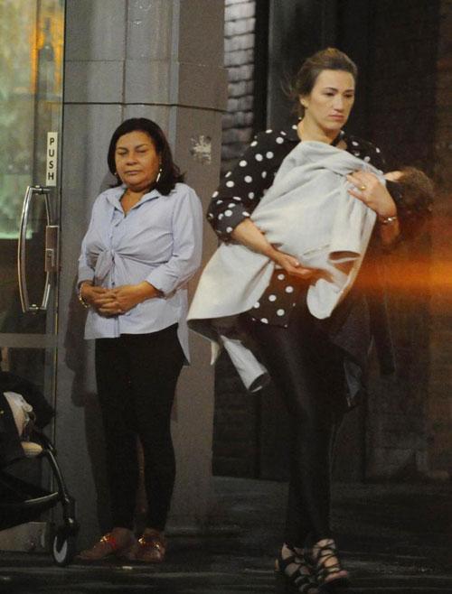 Bà Mariana, mẹ Firmino (bên trái) có một buổi tối sinh nhật đáng nhớ bên vợ chồng con trai tại Anh.