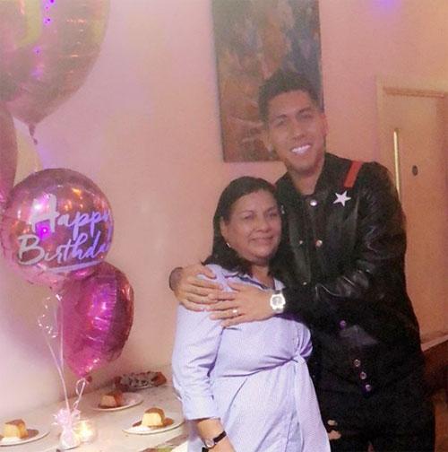 Trên trang cá nhân, Firmino đăng ảnh chụp bên mẹ trong ngày sinh nhật của bà cùng những chia sẻ tình cảm xúc động.