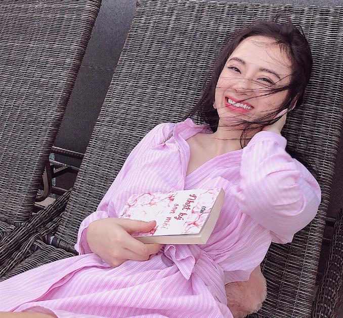 Ngay cả khi không váy áo hở bạo, Angela Phương Trinh cũng vẫn thu hút với nụ cười ngọt ngào.