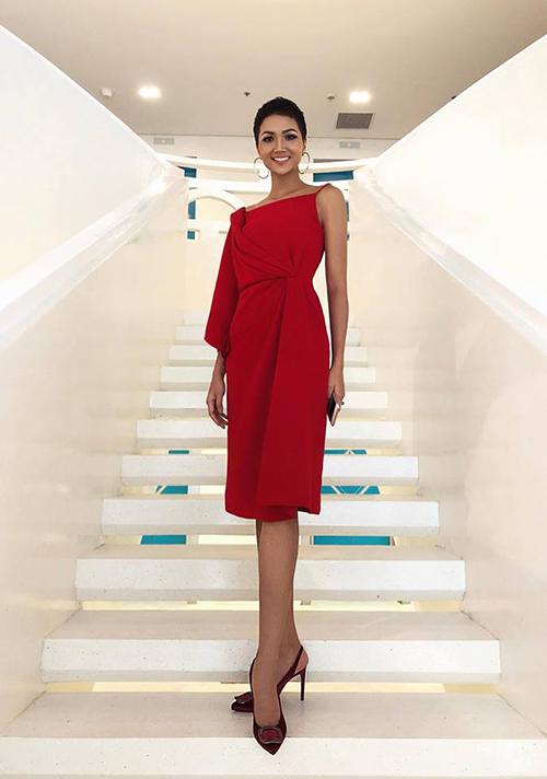 Hoa hậu HHen Niê tự tin với kiểu tóc mới cùng chiếc đầm đỏ nổi bật. Cô chia sẻ: Có thể vài người nói tôi là cuộc sống ở quê yên bình hay cô gái Êđêthì kết hôn sớm nhưng tôi thấy trái đất tròn mà, tại sao mình học ngoại ngữ. Cái gì cũng có quy luật của thế giới loài người, vậy tại sao lại phải tự giới hạn mình.