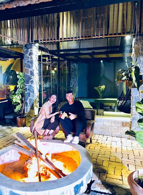 Vợ chồng Công Vinh - Thuỷ Tiên quây quần bên bếp lửa hồng ở Đà Lạt.