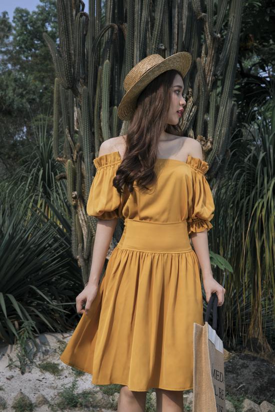 Phép cộng giữa váy trễ vai, mũ nan, túi tote vải bố mang đến set đồ dạo phố, đi du lịch tôn nét nữ tính và thoải mái cho người sử dụng.