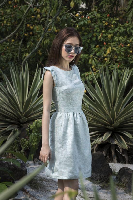 Bộ sưu tập giới thiệu nhiều mẫu váy ứng dụng xây dựng vẻ hiện đại cho phái đẹp từ đường phố cho tới văn phòng. Chính vì thế phom dáng và màu sắc luôn thể hiện sự đa dạng.
