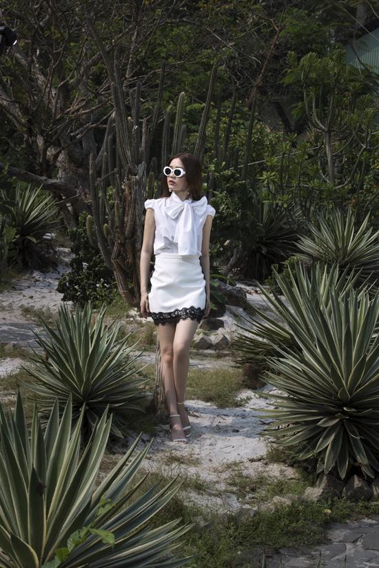 Set đồ cho bạn gái yêu thích cách phối đồ theo công thức white on white với áo lụa tạo khối nơ bướm to bản, chân váy ôm, sandal quai mảnh.
