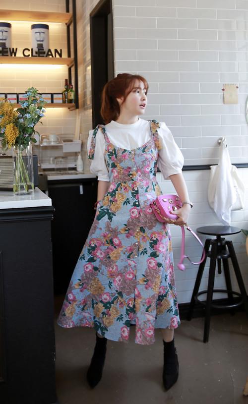 Ngoài các kiểu váy rộng thùng thình, cách kết hợp các kiểu váy hai dây trên chất liệu mềm nhẹ đi cùng sơ mi biến tấu sẽ mang lại nhiều set đồ bắt mắt và hợp mùa.