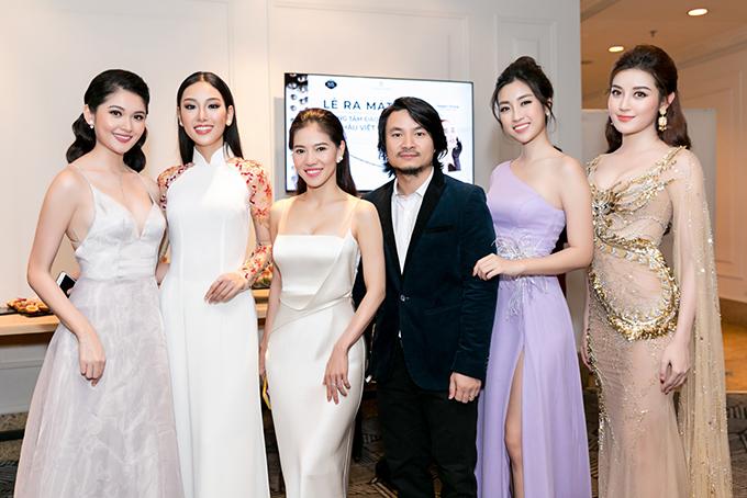Đến dự buổi lễ còn có bà Phạm Kim Dung - bà trùm của cuộc thi Hoa hậu Việt Nam (giữa) và đạo diễn Hoàng Nhật Nam. Họ cũng là thành viên của đơn vị nắm giữ hàng chục bản quyền của các cuộc thi nhan sắc quốc tế lớn hiện nay.