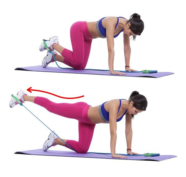 Quỳ chống tay trên thảm, lồng chun tập luyện vào hai lòng bàn chân, lần lượt đạp thẳng về phía sau. Lặp lại động tác 15 lần mỗi bên.