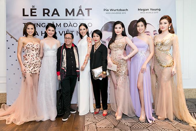 Ông trùm hoa hậu của Philippines Jonas Gaffud và bà Thuý Nga - tổng giám đốc Elite Vietnam (áo đen) - chụp ảnh cùng MC Phương Mai (trái) và các hoa hậu, á hậu. Bà Thuý Nga chia sẻ, các thí sinh hoa hậu của Việt Nam khá đẹp nhưng chưa đạt thành tích cao tại đấu trường nhan sắc quốc tế vì chúng ta chưa có những trung tâm đào tạo hoa hậu chuyên nghiệp. Thí sinh hầu hết đều thiếu kỹ năng để toả sáng, nếu may mắn giành được thứ hạng gì đều phụ thuộc vào sự nỗ lực của bản thân.Elite Vietnam nhận ra vấn đề này cách đây 10 năm nhưng mãi đến tận bây giờ mới thực hiện được giấc mơ của mình là thành lập Trung tâm đào tạo Hoa hậu Việt Nam. Bà Thuý Nga nói thêm, để Viêt Nam có thí sinh vào top 3 của 5 cuộc thi hoa hậu quốc tế lớn nhất hiện nay thì phụ thuộc rất lớn vào chất lượng và tố chất thí sinh. Theo quan điểm của bà, nếu tổ chức thi hoa hậu, bà không đặt nặng yếu tố vẻ đẹp thuần Việt vì điều đó không quan trọng.Ông trùm Jonas đã được mời hợp tác với Trung tâm đào tạo hoa hậu Việt Nam để huấn luyện các người đẹp Việt kể từ bây giờ. Ông không quan tâm đến phản ứng của các trung tâm đào tạo từ Philippines trước quyết định này của ông.