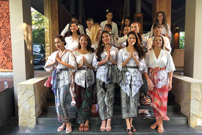 Phạm Hương và dàn Hoa hậu các nước đọ sắc trong bộ trang phục kebaya.