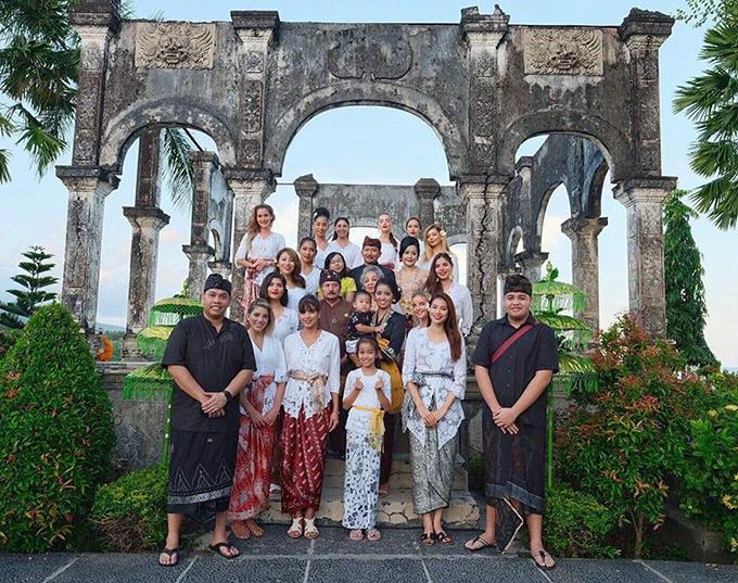 Phạm Hương khoe, người dân bản địa ở đảo Bali khen cô mặc bộ trang phục này rất đẹp.