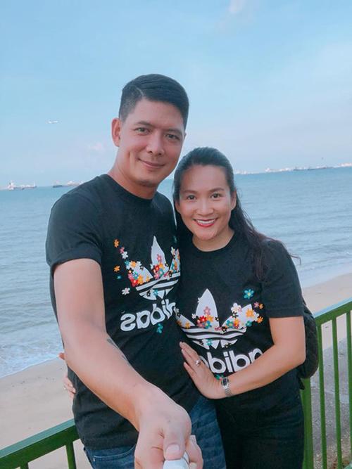 Bình Minh và bà xã tình tứ ở Singapore như đôi vợ chồng mới cưới.