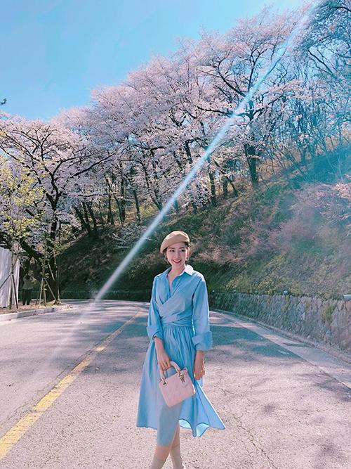 Chi Pu tung tăng dạo bước dưới nắng xuân, tận hưởng khung cảnh thần tiên ở Hàn Quốc dịp hoa anh đào nở.