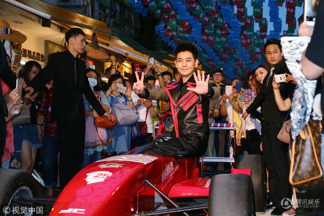 Lâm Chí Dĩnhđưa chiếc xeđua anh yêu thíchđến nơi tổ chức sự kiện. Anh cùng fan chụpảnh, ký tặng album và hát một số ca khúc trong album mới.