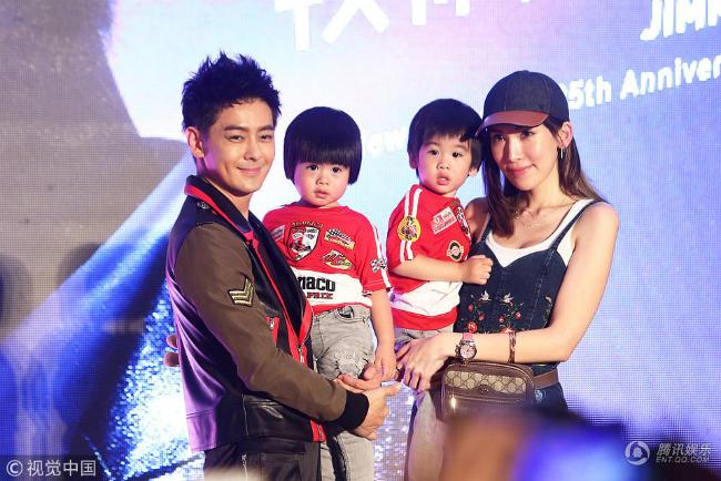 Vợ và hai con trai của Lâm Chí Dĩnh đến ủng hộ cho chồng. Hai cậu bé trông càng lớn càng kháu khỉnh và giống bố.