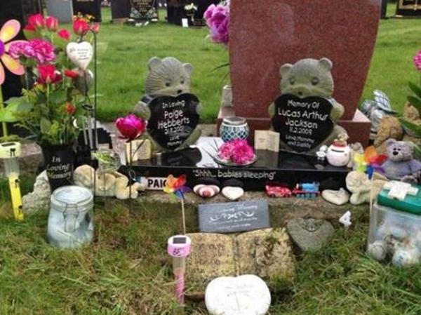 Phần mộ của các con Kerry.
