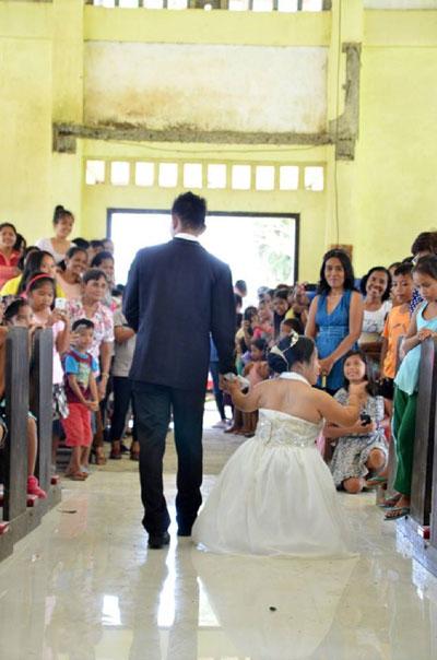 Cô dâu chỉ đứng đến bụng chủ rể nhưng cả hai vẫn luôn nắm chặt tay nhau và nhận được nhiều lời chúc phúctừ người thân, họ hàng.
