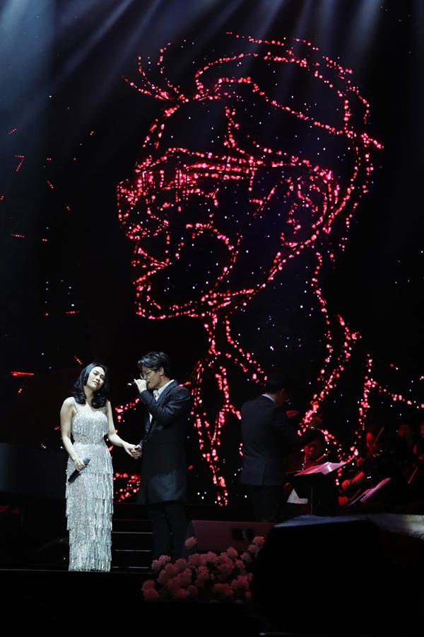 Sự xuất hiện của Mỹ Tâm trong liveshow Hà Anh Tuấn với chủ đề Người đàn ông và bông hoa trên ngực trái tại TP HCM tối 14/4 tiếp tục làm khán giả bùng nổ. Nữ ca sĩ thể hiện ca khúc Đừng hỏi em cùng chủ nhân đêm nhạc trong sự cổ vũ nồng nhiệt của khán giả.