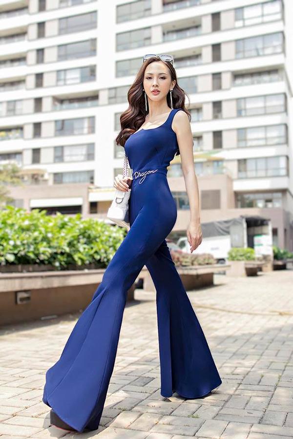 Jumpsuit phối hợp nhịp nhàng cùng thiết kế quần ống loe giúp Kelly Nguyễn tôn vóc dáng và khoe hình thể đẹp không thua kém các siêu mẫu.