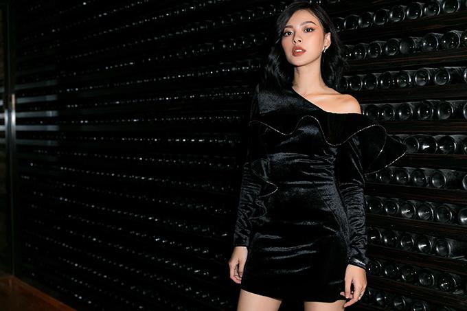 Tú Hảo cá tính và gợi cảm khi khoác lên mình mẫu váy nhung đen lệch vai trang trí bèo nhún to bản của Công Trí.