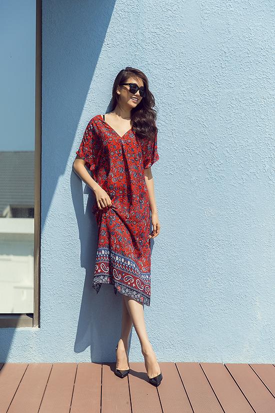 Những kiểu váy dáng rộng, mang lại sự thoải mái và duyên dáng luôn là lựa chọn hàng đầu của bạn gái khi đi đến những miền biển xinh đẹp.