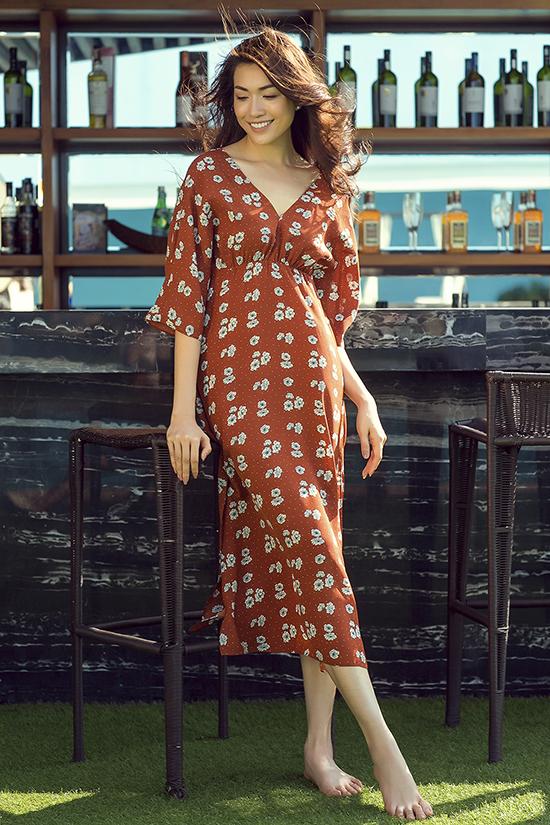 Những mẫu váy dáng dài, họa tiết hoa nhí điệu đà được xây dựng trên nhiều phom dáng đa dạng như váy hạ eo, váy xaer tà, váy thắt eo.