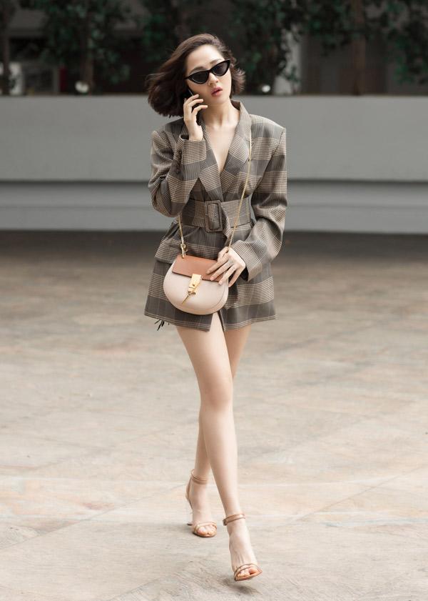 Cô tự tin khoe chân thon trắng muốt khi sải bước đến buổi gặp gỡ đại diện của công ty Walt Disney.