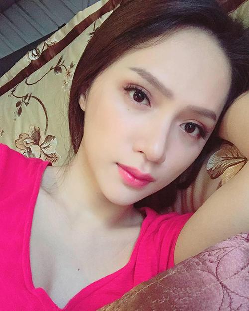 Hương Giang Idol hiếm hoi lộ vẻ mệt mỏi. Cô liên tục tham gia các hoạt động quảng bá sau khi đăng quang ở Thái Lan.