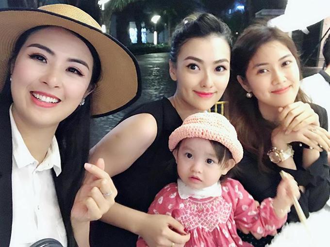 Hoa hậu Ngọc Hân hội ngộ cùng mẹ con Hồng Quế và Á hậu Thu Hằng.