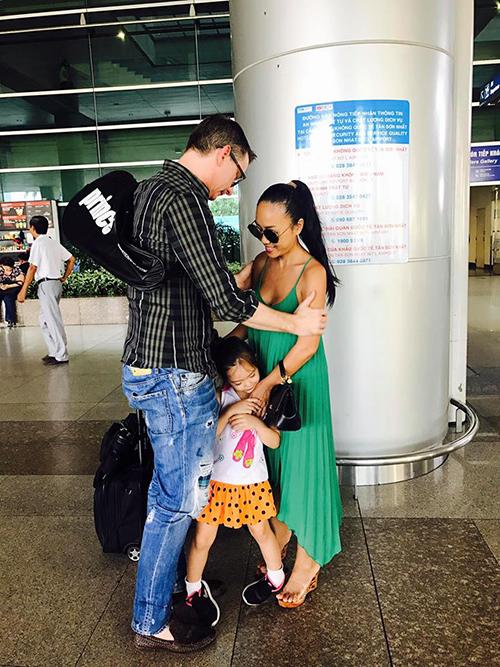 Gia đình Đoan Trang dính như keo sau khi ông xã đi công tác trở về.