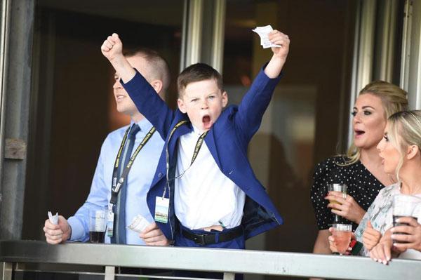 Cậu nhóc 8 tuổi tiếp tục tái hiện hình ảnh ăn mừng của bố ở trường đua Aintree.
