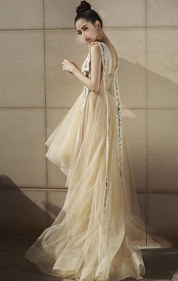 Khánh Linh The Face được mệnh danh là nữ hoàng lookbook ở Hà Nội.