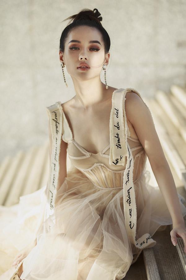 Cô được phát hiện từ khi thi The Face 2017. Vẻ đẹp mong manh, thanh thoát giúp Khánh Linh được nhiều nhiếp ảnh gia và nhà thiết kế mời hợp tác.