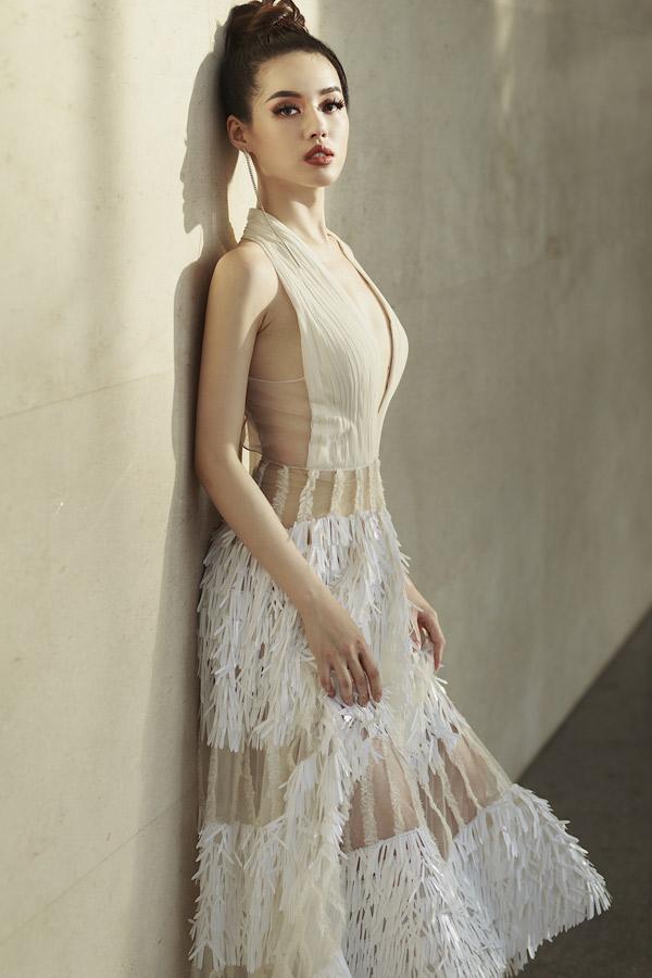 Khánh Linh thích diện những bộ cánh gợi cảm, may bằng chất liệu mềm, mỏng như voan, ren, lưới xuyên thấu.