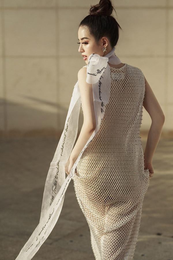 Khánh Linh tạo dáng điệu đà khi làm mẫu ảnh.