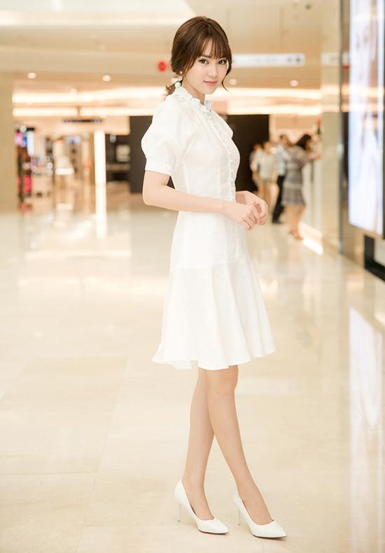Bên cạnh các kiểu váy thướt tha, thiết kế đầm ngắn tôn vẻ đẹp hiện đại cũng được nhiều người đẹp ưa chuộng trong tuần qua. Lan Ngọc nhẹ nhàng và trẻ trung cùng kểu đầm cổ điển.
