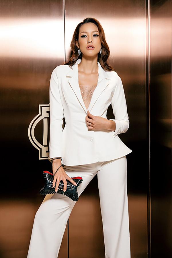 Lilly Nguyễn tạo được điểm nhấn riêng nhờ cách khéo chọn mẫu vest xẻ ngực sexy đi kèm vải lưới ánh kim bắt mắt.